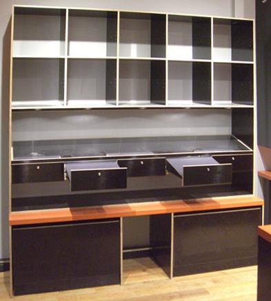 Gradliniges Design und innovative Materialien erfüllen über viele Jahre den hohen Anspruch an Laden- interieurs und setzen anspruchsvolle Produkte optimal in Szene