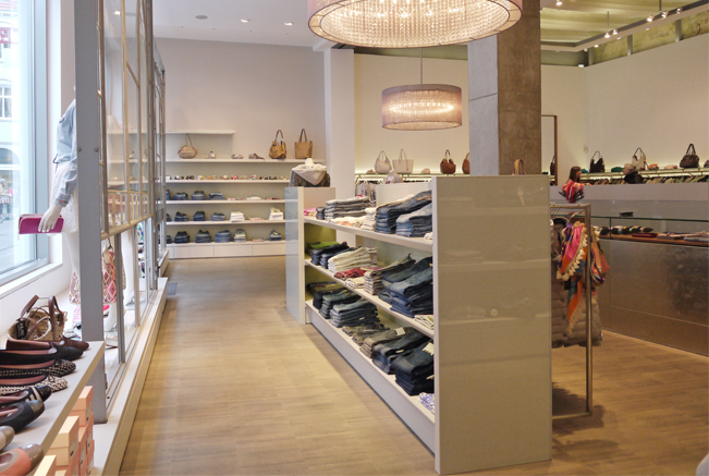 Besonders in der Fashionbranche weckt eine ansprechende Warenpräsentation das Kauf- interesse. Hier verbindet das gradlinige Interieur aus spritzlackiertem MdF Funktionalität und Ästhetik.