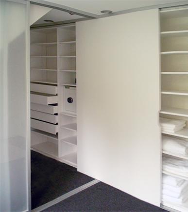 XXL-Lösung mit vielen Funktionen und viel Komfort: Der begehbare, vier Meter lange Kleiderschrank verbindet zwei Räume miteinander. Die individuelle Innenausstattung nutzt das Platzvolumen optimal aus.